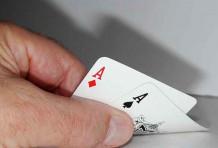 Jouer avec une paire en main